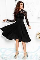 Нарядное черное платье с гипюром и расклешенной юбкой.