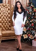 Женское приталенное платье с вырезом на груди со вставкой с кружева белое