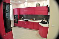 Кухня ДСП с пеналами и витриной