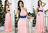 Вечірній рожеве шифонове плаття з атласним поясом, красивий квітка на плечі. Арт-9322/65