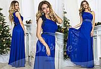 Вечернее   шифоновое платье с атласным поясом, красивый цветок на плече, цвет электрик. Арт-9322/65