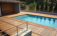 Деревянные террасы возле бассейна