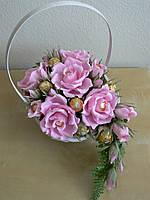 Корзина с цветами и конфетами  Ferrero rocher