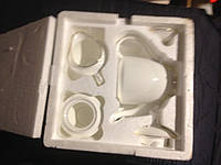 Набор фарфоровойц посуды. Чайный сервиз: чайник,сахарница,молочник
