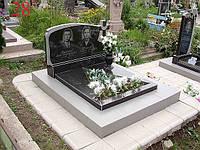 Памятник на двоих с треугольным цветником