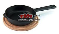 Чугунная сковорода 16х4см с литой ручкой на деревянной подставке 20см (бук) (Украина), фото 1