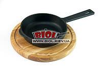 Чугунная сковорода 16х4см с литой ручкой на деревянной подставке 24см (дуб) ЭКОЛИТ (Украина)