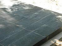 Облицовка могил плиткой на кладбище