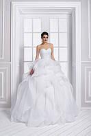 Роскошное свадебное платье А-силуэта, юбка которого напоминает цветок распустившейся розы и шикарным корсетом