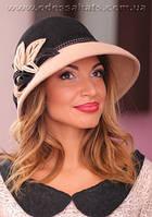 Фетровая шляпа  с полями украшена цветочной композицией комбинированная
