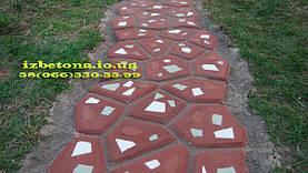 Садовую дорожку можно украсить битой плиткой, только осторожно применяйте ее. Такая бетонная дорожка становится очень хрупкой.