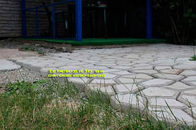 Целая бетонная площадка, тут хорошо видно двухсантиметровое основание у плиты