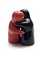 """Солонка с перечницей """"Объятия"""" красно-черные (8х6х5 см)"""
