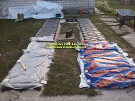 Финальная стадия, надо защитить нашу бетонную дорожку от преждеверемнного высыхания. Накрываем пленкой.