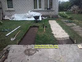 А вот пошаговая работа. Готовим основание под бетонную дорожку для машины.