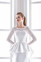 Интересное свадебное платье с маленьким атласным бантиком и второй юбкой