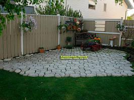 Уже больше года у меня форма «Садовая дорожка» для самостоятельного изготовления садовых дорожек.