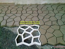 Решение сделать отмостку откорректировала моя супруга, после чего придумали при помощи пластиковой формы для садовой дорожки залить площадки вокруг дома. Мужик сказал …. И начал делать...