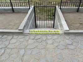 Спуск на улицу и площадка сделанная при помощи формы для садовых дорожек.
