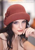 Стильная фетровая шляпа украшена цветочной композицией