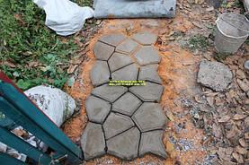 Удалите растения, камни и снимите верхний слой почвы в пределах направляющих линий между разметочными колышками.