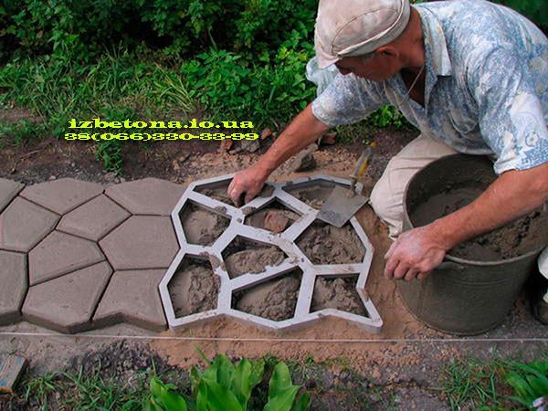 Процесс изготовления садовых дорожек и площадок.