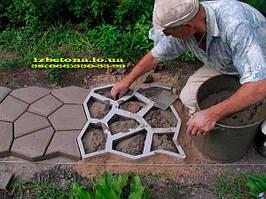 Для того чтобы изготовленная дорожка служила вам долго, необходимо выдержать залитый бетон подольше сырым (несколько дней).