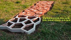 После высыхания бетона Вы можете засыпать швы песком или гарцовкой(цемен/песок, а можно добавить контрастный краситель).