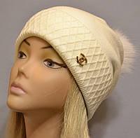 Красивая шапка с фактурным отворотом и песцовым помпоном  Жанна молоко