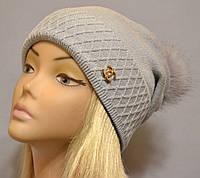 Красивая шапка с фактурным отворотом и песцовым помпоном  Жанна серый