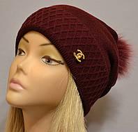 Красивая шапка с фактурным отворотом и песцовым помпоном  Жанна бордо