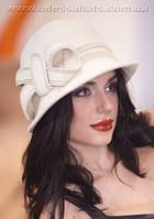 Белая фетровая шляпа  с маленькими полями
