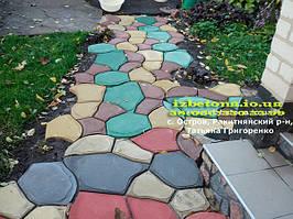 """Применение формы """"Круглые камни"""" при создании красивой площадки перед домом."""