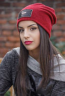 Женская шапка с модной нашивкой.