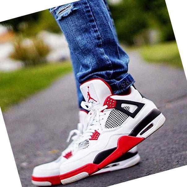 Мужские кроссовки аир джордан 4 красные с белым на ноге на улице
