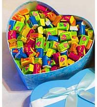 Жуйки Love is в красивій коробочці сердечко 100 шт