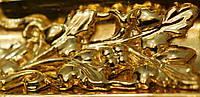 Позолота сусальным золотом старинной деревянной рамы с элементами резьбы.