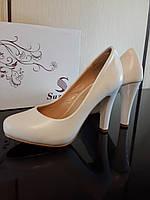 Свадебные белые туфли на среднем каблуке