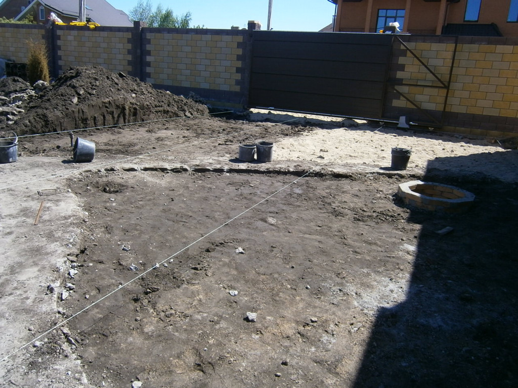 Перепланировка и бетонирование двора (дорожки, отмостки, площадки под автомобили). Работы выполнялись по чертежам ландшафтного бюро. После рекогносцировки  был срезан и вывезен весь лишний грунт, демонтирован старый бетон.