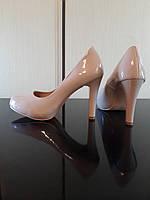 Туфли бежевые лаковые средний каблук