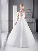 Нежное свадебное платье А-силуэта с аккуратным пояском и глубоким вырезом на корсете