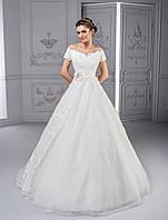 Элегантное свадебное платье А-силуэта с аккуратными рукавчиками из кружева и пояском, украшенным цветком ручно