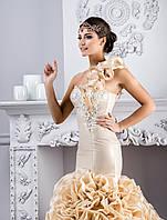 """Несравненное свадебное платье силуэта """"Русалка"""", украшенное аппликациями и необычными воланами на плече"""