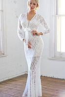 Длинное гипюровое платье с длинными рукавами и вырезом декольте