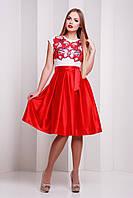 Женское платье с белым верхом с цветами и юбкой красного цвета