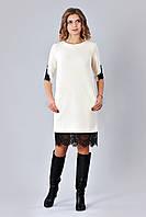 Трикотажное платье оформлено кружевом