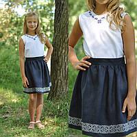 Белая вышитая блуза и темно-синяя вышитая юбка для девочки