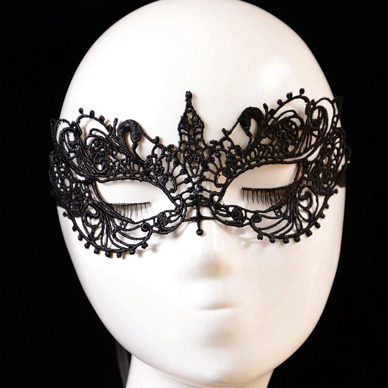 Маска держит форму карнавальная ажурная венецианская черная леди
