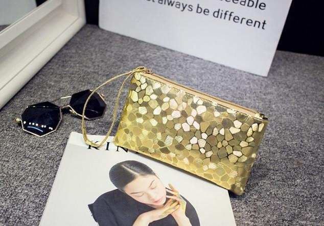 Сумочка-клатч с ремешком на руку текстура Камень золото