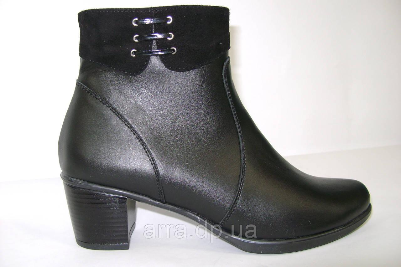 Ботинки кожаные, короткие на среднем каблуке.